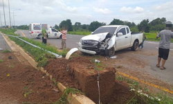 หนุ่มใหญ่ขับรถกระบะ เกิดหลับในพุ่งชนเสาไฟเกาะกลางถนนพังยับ