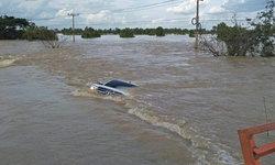 ปิกอัพพ่อลูกไม่สนคำเตือนขับฝ่าน้ำท่วม เจอกระแสน้ำซัดตกข้างทางรถจมมิดคัน