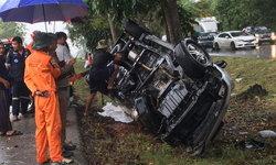 กระบะฝ่าสายฝนเสียหลักพลิกคว่ำ ร่างคนขับกระเด็นก่อนถูกรถทับเสียชีวิตสยอง