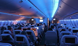 """สายการบินดังแคนาดา เลิกเรียกผู้โดยสารระบุเพศ มาใช้ """"ทุกท่าน"""" แทน"""