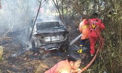 เก๋งแหกโค้ง! ไฟลุกท่วมย่างสดคนขับ กู้ภัยซิ่งกระบะรีบมาช่วยเสยหนุ่มวัย 16 ปี ดับ