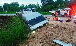 รถตู้เสียหลักพุ่งชนกองดินข้างทาง ผู้โดยสารเจ็บระนาว คนขับดับคาที่