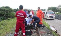 รอดตายปาฏิหาริย์! หนุ่มเมาหนักเผลอวางแขนบนราง เจอรถไฟเหยียบจนขาด