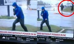 ชาวเน็ตสับเละ นักข่าวแสร้งยืนตัวจะปลิวสู้พายุ แต่เห็นชาวบ้านข้างหลังเดินสบายๆ