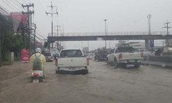 ปทุมธานีฝนตกหนัก ถนนพหลโยธินขาออกน้ำท่วมผิวทางยาวกว่า 6 กม.