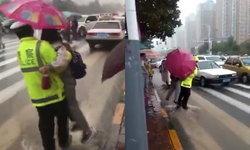 ได้ใจประชาชน ตำรวจจีนอุ้มเด็กลุยน้ำท่วมพาข้ามถนนไปเข้าเรียน
