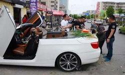 """หรูอะไรเบอร์นี้? หนุ่มจีนขับสปอร์ตเปิดประทุน มาเปิดท้ายขาย """"ต้นหอม"""""""