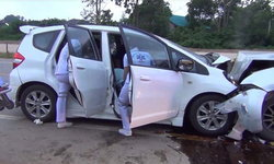 สาวขับเก๋งเสียหลัก ข้ามเลนพุ่งชนกระบะพังยับ คนขับเจ็บสาหัส