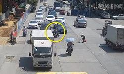 ใจพี่หล่อมาก หนุ่มจีนขี่มอเตอร์ไซค์ขวางรถ ช่วยหญิงชราข้ามถนน