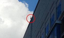 ชายปริศนาจ่อกระโดดตึกสูงย่านราชดำริ เจ้าหน้าที่เร่งเกลี้ยกล่อม