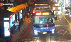 ควบคุมตัวเองไม่ได้! สาวสุดช็อก ยืนรอรถเมล์โดนชายแปลกหน้าจับกอดบังคับจูบ