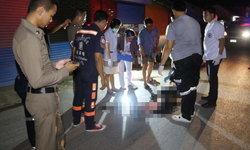 สาวใหญ่เมาไม่ได้สติ-เดินขาขวิดล้มกลางถนน เคราะห์ซ้ำถูกกระบะเหยียบดับ