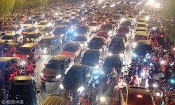 ชาวจีนเดินทางในวันหยุดยาววันชาติ รถติดแน่นอย่างกับขบวนมด