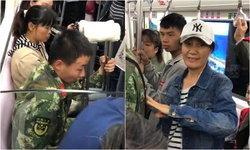 รวยน้ำใจ ผู้โดยสารสละที่นั่งบนรถไฟใต้ดินให้ทหารหนุ่มบาดเจ็บ