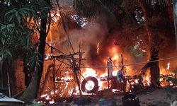 ไฟลุกโชน-เกิดเหตุไฟไหม้บ้านพักคนงาน บ้านไม้วอดทั้งหลัง เพื่อนบ้านวิ่งหนีตาย