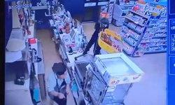 ธอร์เมืองไทย! ชายควงขวานปล้นร้านสะดวกซื้อได้เงินไป 5 พันกว่าบาท ตำรวจเร่งล่าตัว (คลิป)