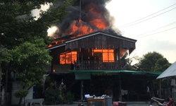 เคราะห์ซ้ำ! ผู้ใหญ่บ้านนอนป่วยอยู่โรงพยาบาล โชคร้ายไฟไหม้บ้านวอดทั้งหลัง