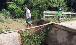 """น้ำป่าไหลหลาก ซัด """"สะพานข้ามคลองตุย"""" ขาดสองข้าง จนไม่สามารถใช้การได้"""