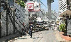 รถบรรทุกเกี่ยวเสาไฟฟ้าล้มระเนระนาด ปากซอยพหลโยธิน 30 จราจรติดหนึบ