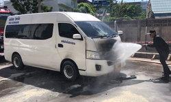 รถตู้นักท่องเที่ยวชาวเกาหลีเลี้ยวเข้าตลาดร่มหุบ จู่ๆ เกิดไฟลุก! นักท่องเที่ยวหนีกระเจิง