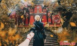 """""""Follow Me To"""" คู่รักรัสเซียเผยมนต์เสน่ห์ """"ฉงชิ่ง"""" ด้วยภาพจับมือสุดเก๋"""