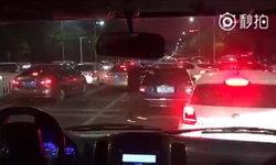 คนจริง! หนุ่มจีนลงรถกลางถนน เคาะรถคันอื่นให้หลบทางรถพยาบาลจนสุดทาง