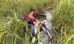 นักศึกษาวิทยาลัยการอาชีพ ขับจักรยานยนต์ไม่ถึงบ้าน รถเสียหลักตกนาข้าวจมน้ำดับ