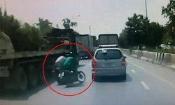ล่าหนุ่มเสื้อเขียว เฉี่ยวชนรถล้มแล้วหลบหนี ทำคู่กรณีถูกรถพ่วงทับดับ (มีคลิป)