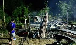 สลด-บ้านไม่มีไฟฟ้าอาศัยจุดตะเกียงใช้มาหลายปี สุดท้ายไฟลุกไหม้ถูกไฟคลอกดับคาบ้าน!