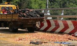 คาวทั้งถนน! รถบรรทุกไข่พลิกคว่ำกลางสะพานห้วยตอง ไข่นับหมื่นแตกเกลื่อนถนน