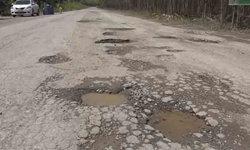 """ชาวบ้านร้อง """"รถบรรทุกหิน"""" ทำถนนพังเป็นหลุมบ่อ หวั่นเกิดอันตรายแก่ผู้สัญจร"""
