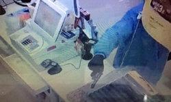 มือปืนพ่อลูกอ่อนยิงขู่พนักงานร้านสะดวกซื้อ กวาดเงิน-แพมเพิร์ส หนีกลางสายฝน