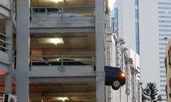 ระทึกกลางห้างดัง รถหลุดออกจากอาคารจอดรถมาครึ่งคัน หวิดตกจากชั้น 3
