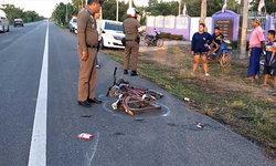 """""""เฒ่าวัย 69 ปี"""" ขับจักรยานเสียหลัก ถูกกระบะเฉี่ยวชนดับคาที่"""