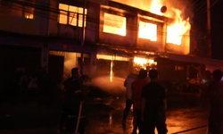 """ไฟไหม้อาคารเก่าอายุเกือบ 40 ปี ใจกลาง """"ตลาดมาบปู"""" เสียหายไปกว่า 4 คูหา"""