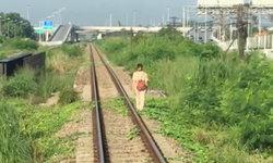 เพราะหูฟังล้วนๆ แชร์คลิปรถไฟต้องหยุดทั้งขบวน รอหญิงสาวเดินฟังเพลง