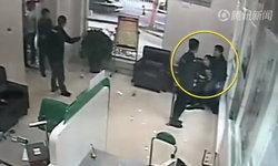 ตร.จีนเสี่ยงชีวิต มัดมือ-เท้าตัวเอง ช่วยรปภ.หญิง หลังหนุ่มบุกปล้นธนาคาร-กรรไกรจี้คอ