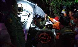 """""""คนขับรถตู้"""" หลับใน พารถพุ่งเสยต้นไม้เจ็บ 10 ราย กู้ภัยฯ เร่งงัดร่างช่วยเหลือ"""