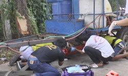 หนุ่มวัยกลางคนซิ่งรถอีโก้งแหกโค้งพลิกคว่ำชนต้นไม้ เลือดนองพื้นหวิดดับ!