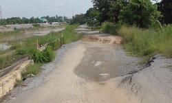 เมื่อไหร่จะซ่อม? ถนนคันเขื่อนบางแก้วทรุดหนักหลายรอบ ชาวบ้านผวาอยากให้ซ่อมถาวร