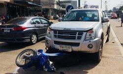 หนุ่มใหญ่ขี่จักรยานยนต์กลับรถลังเล สุดท้ายตัดหน้ากระบะเบรกไม่ทันชนดับคาที่!