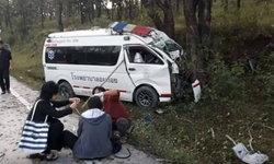 รถพยาบาลฝ่าหมอกพุ่งชนต้นไม้ พยาบาล-พ่อลูกอ่อนวัย 14 เสียชีวิตคาที่