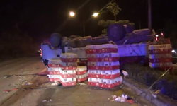 คนขับหลับใน-รถบรรทุกไก่เสียหลักพลิกคว่ำเทกระจาดเกลื่อนถนน ก่อนพุ่งชนท้ายรถพ่วง