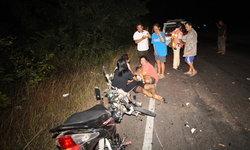 แม่แทบสิ้นใจ! ลูกชายวัย 13 ปี ซิ่งจักรยานยนต์ชนท้ายรถไถลากพ่วง เป็นตายเท่ากัน