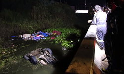 """คนขับกระบะ """"หลับใน"""" รถเสียหลักพุ่งลงคลองหงายท้อง ตำรวจทางหลวงเร่งช่วยเหลือ"""