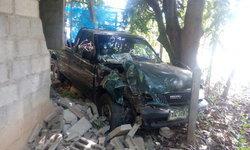 หนุ่มใหญ่ขับรถหักหลบสุนัข เสียหลักพุ่งชนบ้านเรือนประชาชนยับ