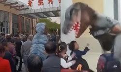 ตื่นเต้นสุดๆ คุณพ่อสวมชุดไดโนเสาร์ไปรับลูกสาวที่โรงเรียนอนุบาล