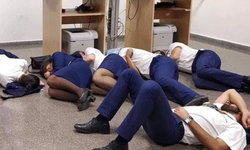 สายการบินไรอันแอร์ไล่ลูกเรือออก หลังจัดฉากนอนหลับบนพื้น