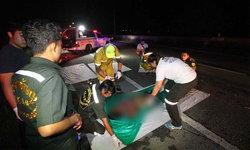 รถเก๋งซิ่งเสียหลัก พุ่งชนจักรยานยนต์กระเด็น เสียชีวิต 2 ราย บาดเจ็บ 2 ราย