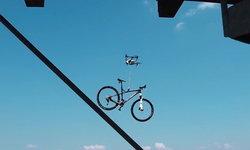 โจรสุดล้ำ ใช้โดรนขโมยจักรยาน ต่อหน้าต่อตาเจ้าของที่ได้แต่วิ่งไล่ตาม